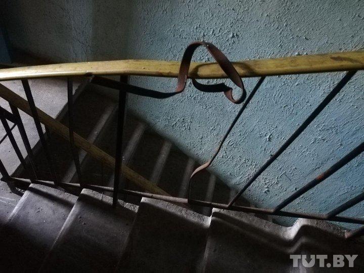 Если идешь по пожарной лестнице, на одном из пролетов можно увидеть сломанные перила