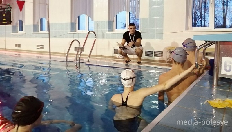 Идёт тренировка в бассейне «Дельфин»
