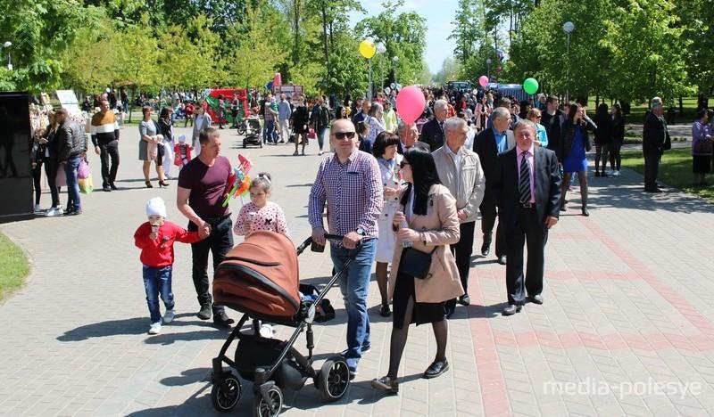 Тысячи жителей и гостей Столина приняли пришли в городской парк на праздник Победы