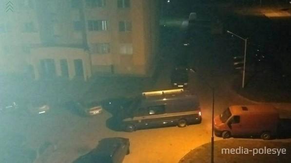 На место преступления прибыла оперативно-следственная группа, представители комитета судмедэкспертиз