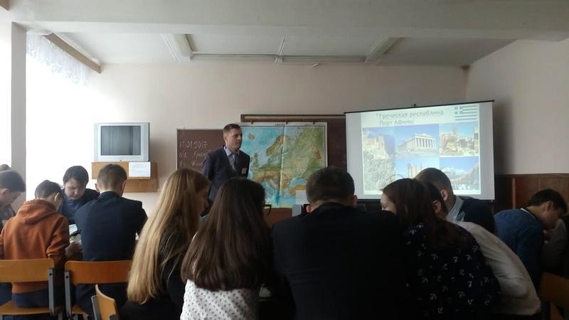 Учитель географии Эдуард Степанович Антонович  проводит открытый урок в 9 классе по теме «Страны Южной Европы» с учащимися СШ №2 г. Лунинца