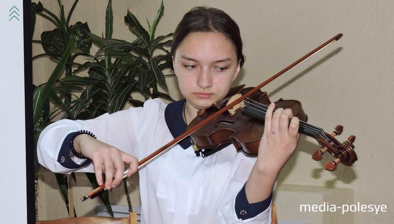 Учащаяся Лунинецкой школы искусств Анна Петренко