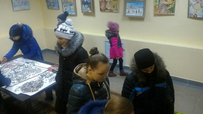 На выставке можно не только увидеть зимние пейзажи, но и принять участие в складывании мозаики. Фото со страницы группы выставочного зала ВКонтакте