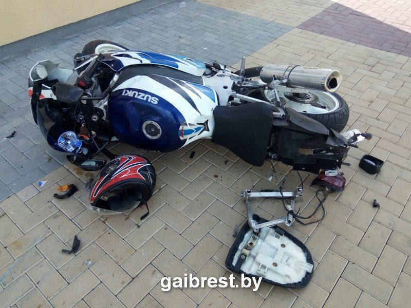 Мотоцикл Сузуки после столкновения на улице Карла Маркса