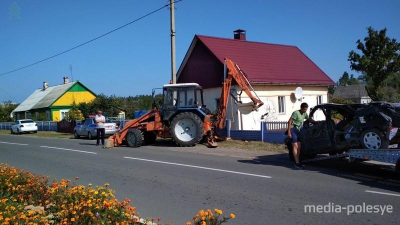 В Микашевичах «Мазда» протаранила забор и въехала в частный дом