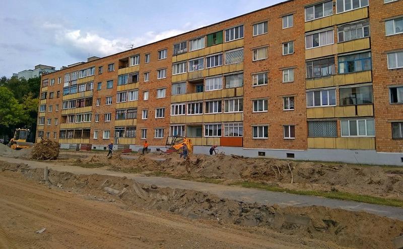 На улице Первомайской 134 недавно начали строить автостоянку