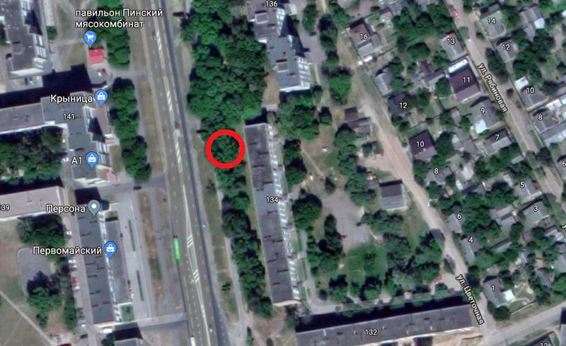 Раньше на месте строящейся автостоянки было много деревьев. Красным обозначено примерное место происшествия. Использована гугл-карта