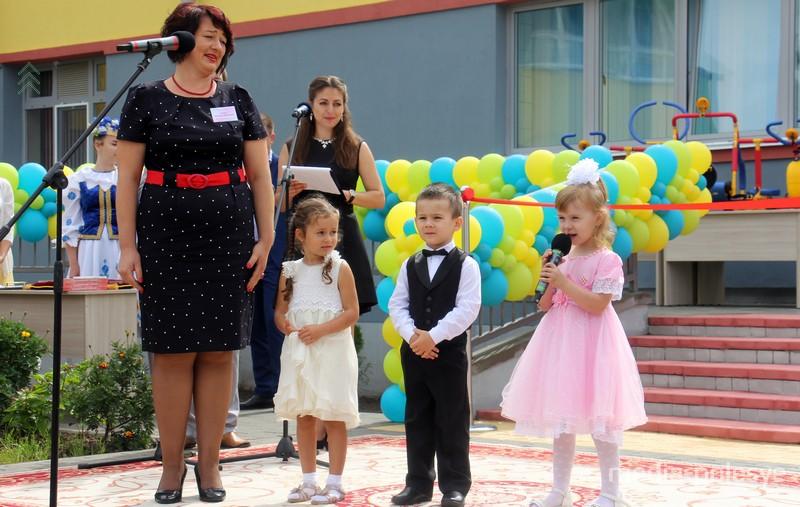 Воспитанники нового детского сада приветствуют гостей