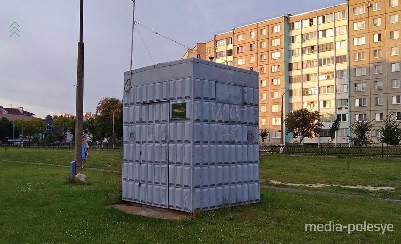 Стационарный пункт наблюдения на улице Центральной в Пинске во дворе детской больницы
