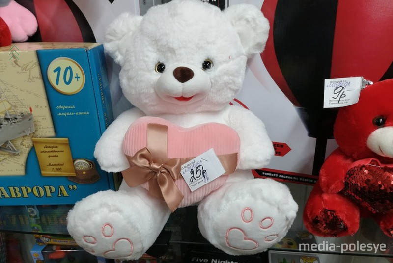 Мягкие игрушки дарят девушкам