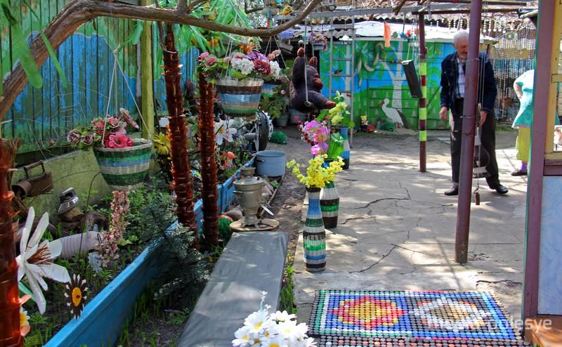 Пальмы, коврики, цветы из бутылок