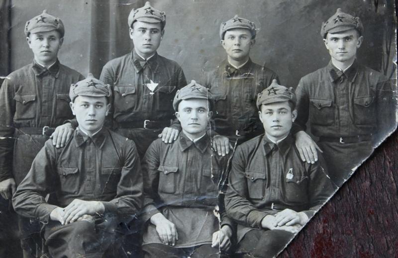 Во время срочной службы. Днепропетровск, 1941 год. Красноармеец Василий Лемешевский на снимке крайний слева в верхнем ряду