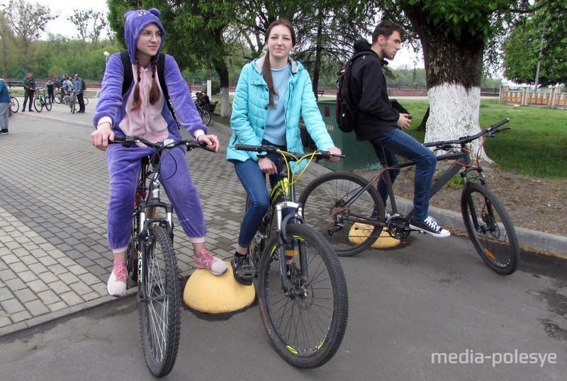 Екатерина и Анна, чтобы принять участие в велопробеге, девушки проехали 15 километров из деревни Купятичи