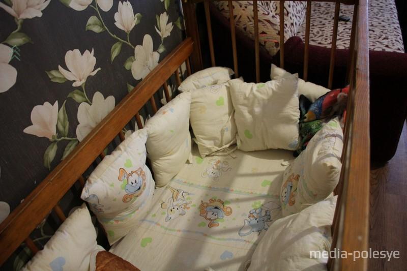 В своей кроватке Мирослава не спала уже как месяц
