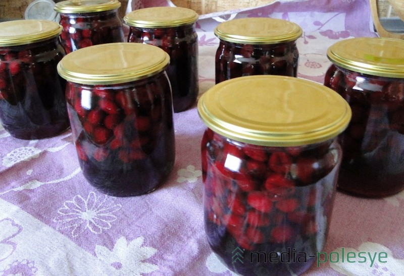 На 4 кг ягод без косточек и 4 кг сахара получилось около 5 л вишнёвого варенья