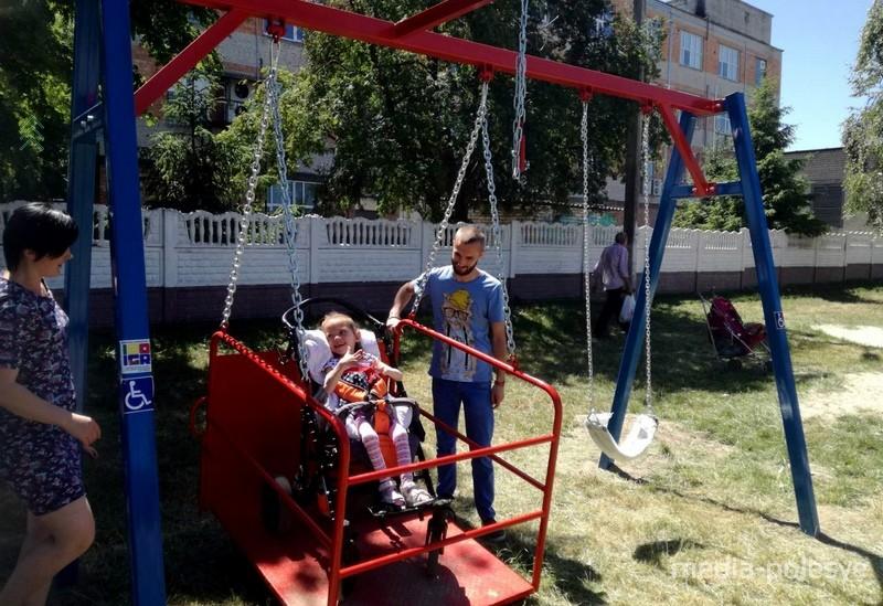 Качели для детей с нарушениями опорно-двигательного аппарата установлены с помощью волонтёров
