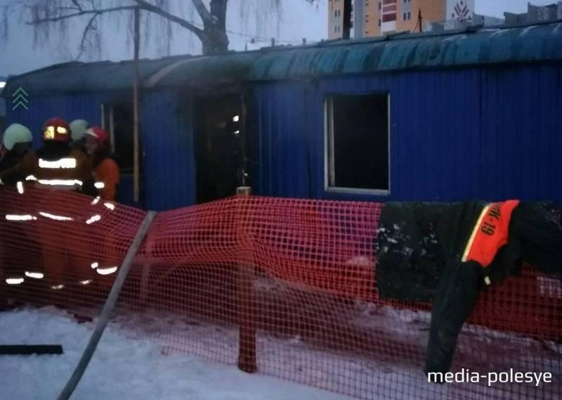 Огонь повредил на стройплощадке вагончик ПМК-19