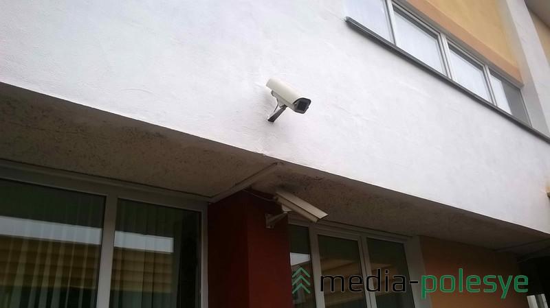 Видеокамера в пинской гимназии хорошо просматривает крыльцо и двор