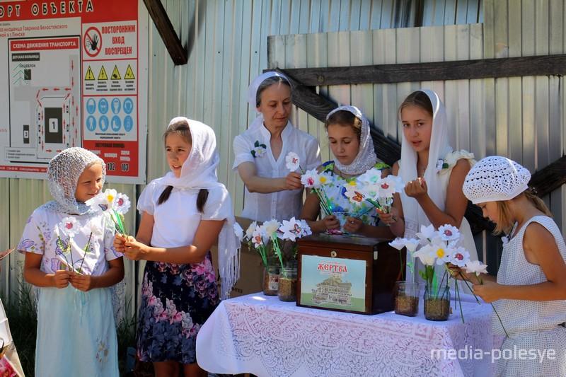 Девочки собирали пожертвования и давали взамен цветы