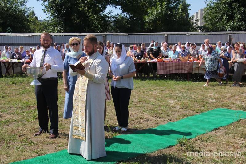Отец Виктор читает молитву