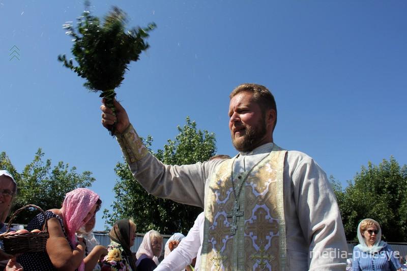 Священник щедро всех окроплял святой водой