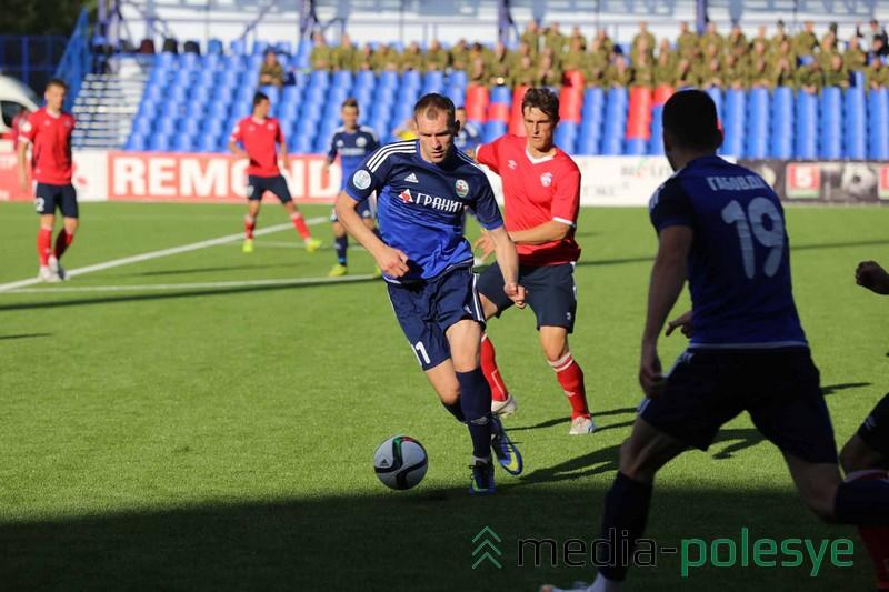 С мячом нападающий Андрей Шеряков