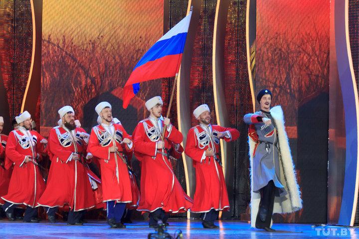 В финале концерта на сцену вышел Кубанский казачий хор с российским триколором