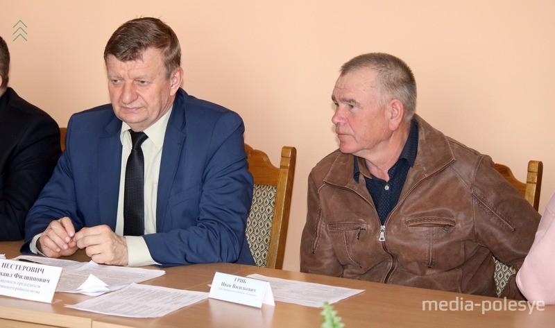 Заместитель председателя райисполкома Михаил Нестерович и фермер Иван Гриб