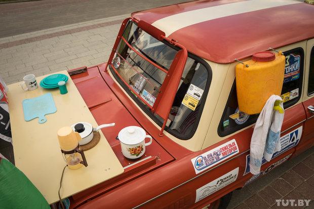 На машине Александра есть миникухня, с газовой плитой и даже духовкой, которая работает от тепла двигателя. Но из-за ограниченного бюджета эта машина останется дома.