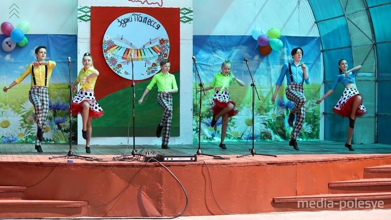 На сцене танцевальный коллектив «Абиссаль» (Лунинецкий ГДК)