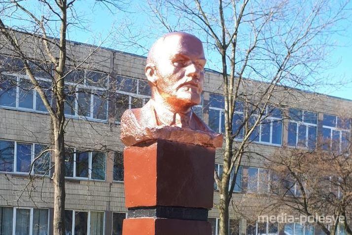 Макияж Ленина (в Лунинце) забраковали и «облачили» его в бронзу