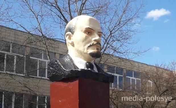 В Лунинце заводчане приодели Ленина и навели ему макияж