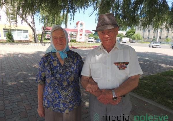 Вера Максимовна и Александр Романович Чикуновичи из Столина 63 года идут по жизни вместе