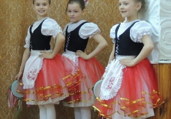 """Удзельніцы ансамбля танца """"Карамель"""" (кір. А.Казеня) з Рэчыцы перад выхадам на сцэну"""