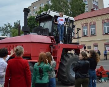 На главной площади города школьников знакомили с рабочими профессиями