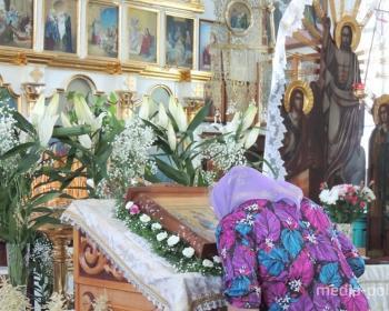 Святую Троицу празднуют православные верующие