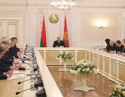 Лукашенко обсуждает демографию: Ни одна страна в мире не поддерживает так семьи с детьми, как мы