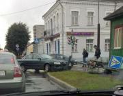 Легковой автомобиль сбил светофор в центре Пинска