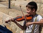 Причина, из-за которой еврейского мальчика учат играть на скрипке