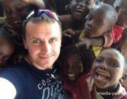 «Ему три года, он сам, пешком, около часа идёт в школу». Лунинчанин побывал в Кении и решил помогать местным детям