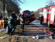 Под Пинском легковой автомобиль врезался в дерево и перевернулся