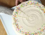 А вы тоже так разрезаете круглые торты? Вы делаете это неправильно!
