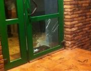Битые стёкла в заведениях. Хулиганы распоясались в субботний вечер