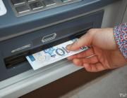 «Не носить в кармане пачку денег». Почему банки вводят лимиты на снятие наличных без комиссии