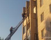 Что делали спасатели на пятом этаже лунинецкой многоэтажки