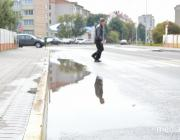 В Лунинце лужи «преследуют» пешеходные переходы