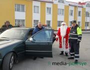 Водителей с Новым годом поздравили столинские госавтоинспекторы