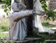 У подножия «вождя», который и теперь «живее всех живых»