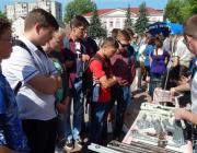 На городской площади школьников знакомили с рабочими профессиями