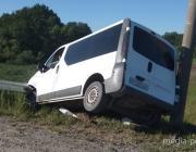 Гражданин Украины на микроавтобусе въехал в «отбойник»